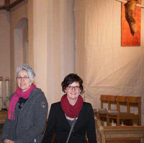 Die Künstlerinnen Christine Welter (Fotografie und Holzobjekte) und Catrina E. Schneider (Lyrik)