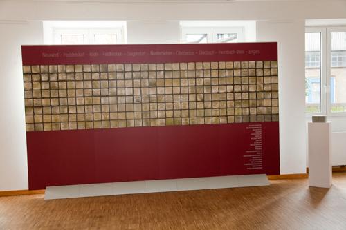 Display mit den bisher in Neuwied verlegten Stolpersteinen (400 x 220 cm)