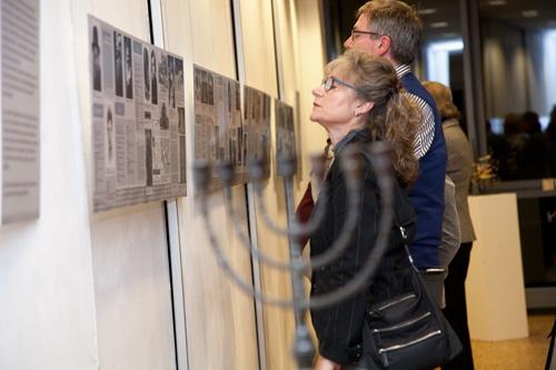 Exemplarisch werden von 13 Familien und einem ermordeten polnischen Zwangsarbeiter deren Schicksal und, soweit bekannt, Biografischens dargestellt.