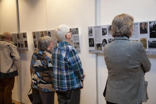 Besucherinnen der Ausstellung befassen sich intensiv mit den Schicksalen ehmeliger Neuwieder und Neuwiederinnen, die Opfer des Holocaust wurden.
